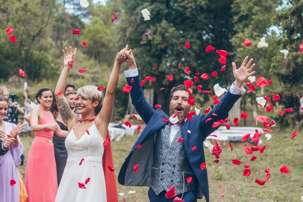 boda-petalos-novios