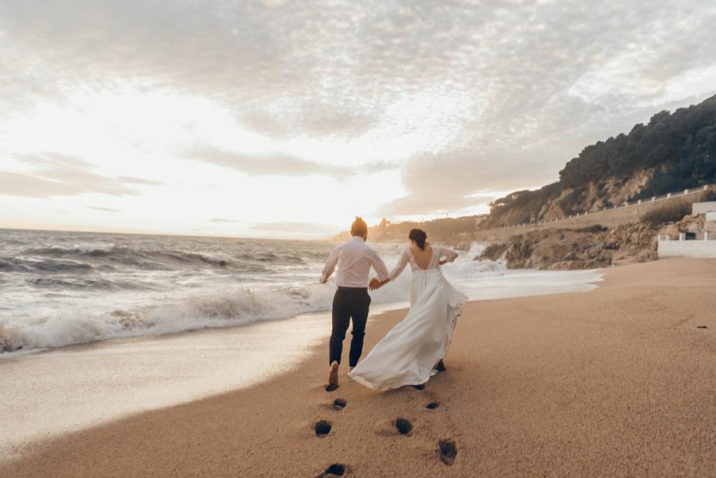 caminando-juntos-puesta-sol