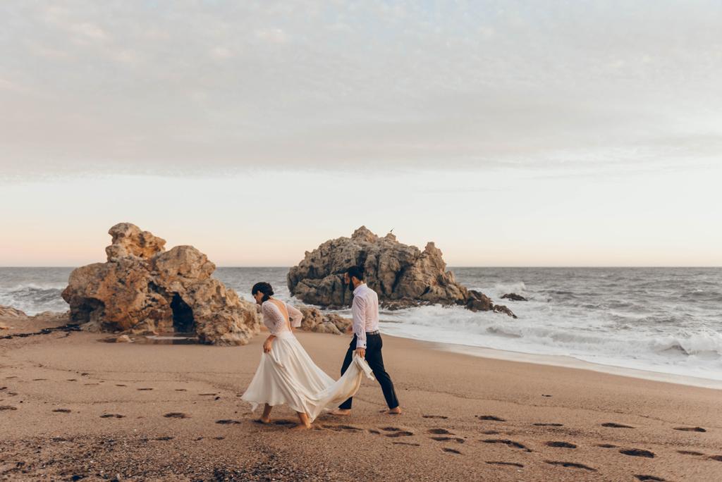 caminando-playa-pareja