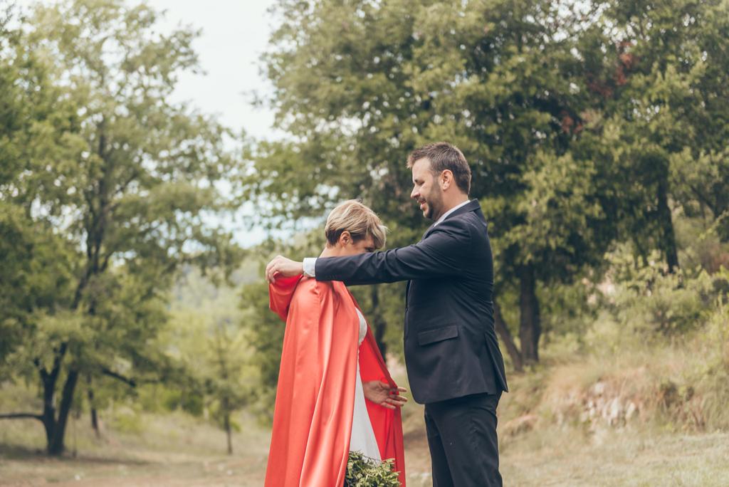 capa-roja-vestido-novia