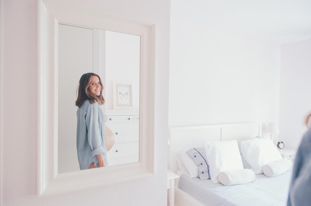 embarazo-espejo-habitacion