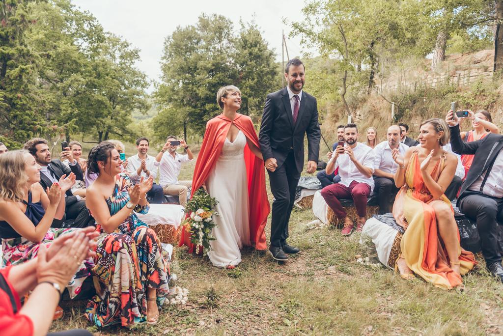 entrada-novia-ceremonia-capa-roja