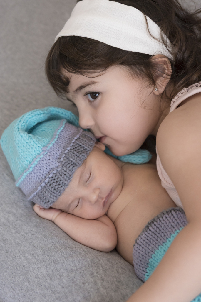 helena-molinos-bebe-hermanos-en-casa