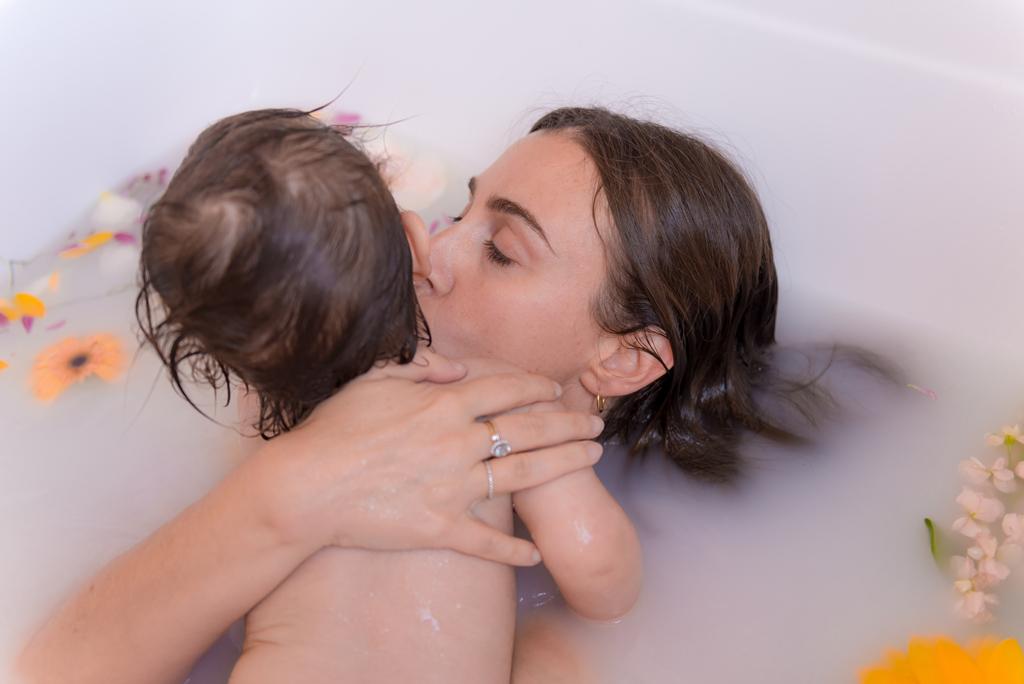 helena-molinos-bebe-madre-estudio-mataro-milk-bath-beso