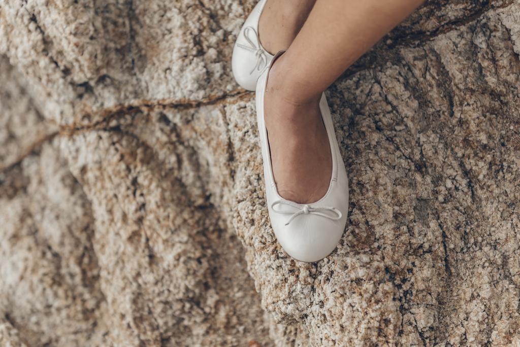 helena-molinos-comunion-fotografia-exterior-playa-zapatos