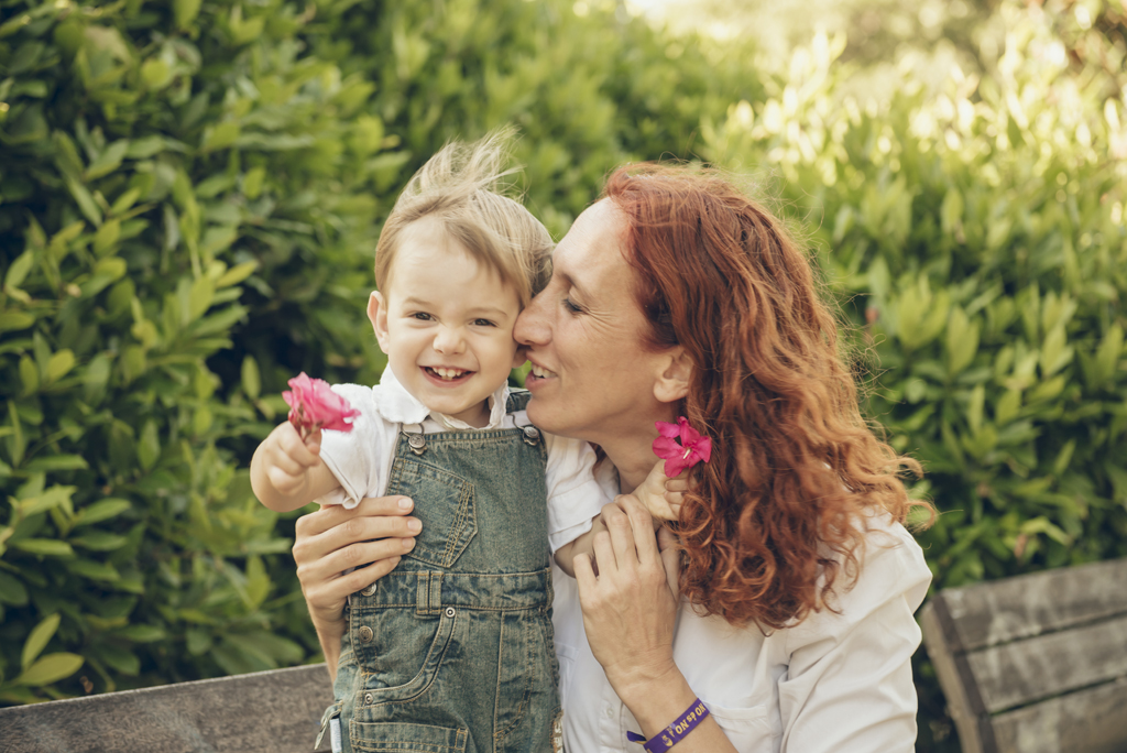 helena-molinos-dia-de-la-madre-familia-beso-parque