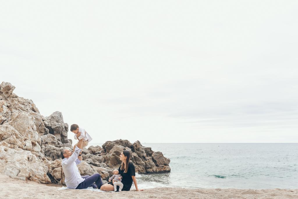 helena-molinos-fotografia-exterior-familia-newborn-playa