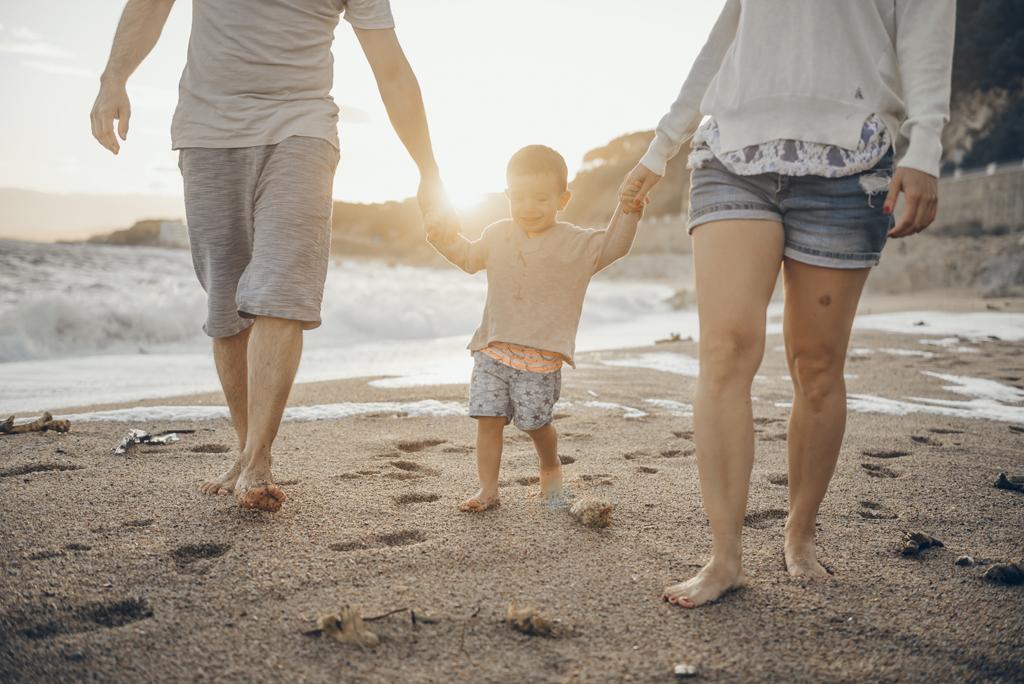 helena-molinos-fotografia-exterior-familiar-niño-playa