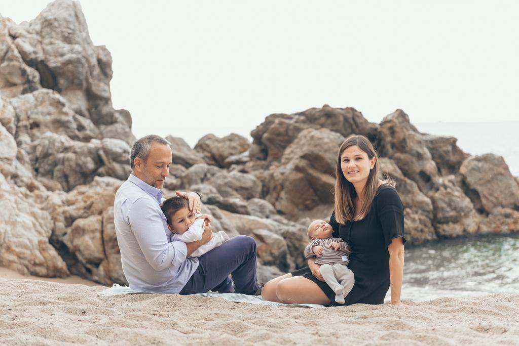 helena-molinos-fotografia-familiar-exterior-newborn-playa-mataro