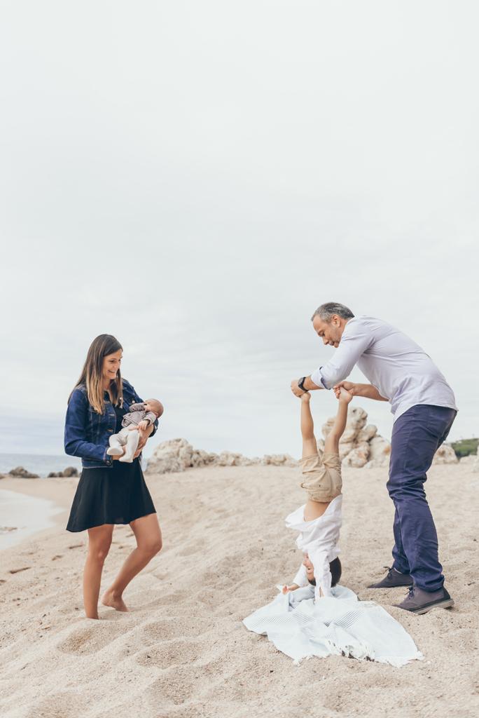 helena-molinos-fotografia-familiar-newborn-exterior-playa