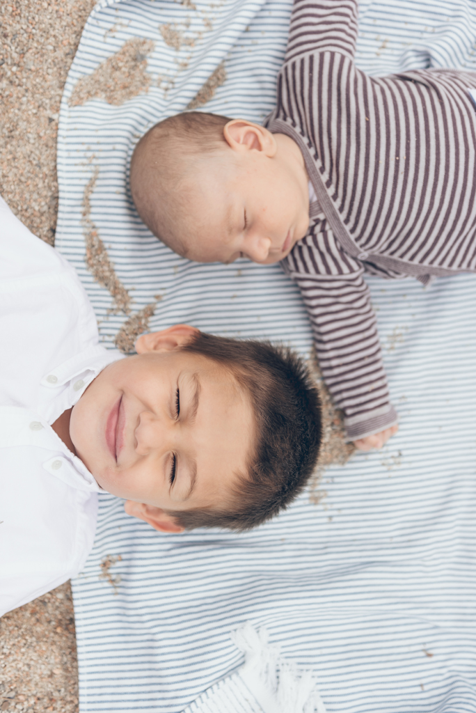 helena-molinos-fotografia-newborn-hermanos-sesion-exterior