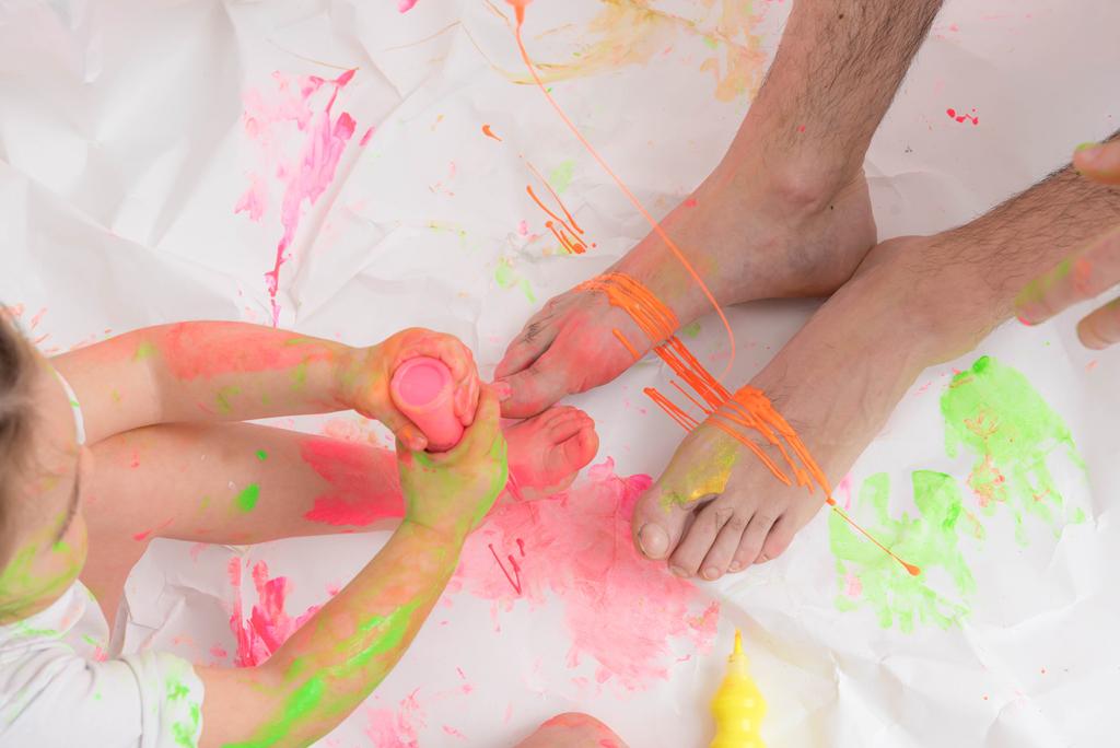 helena-molinos-fotografia-smash-painting-padre-manos-pies