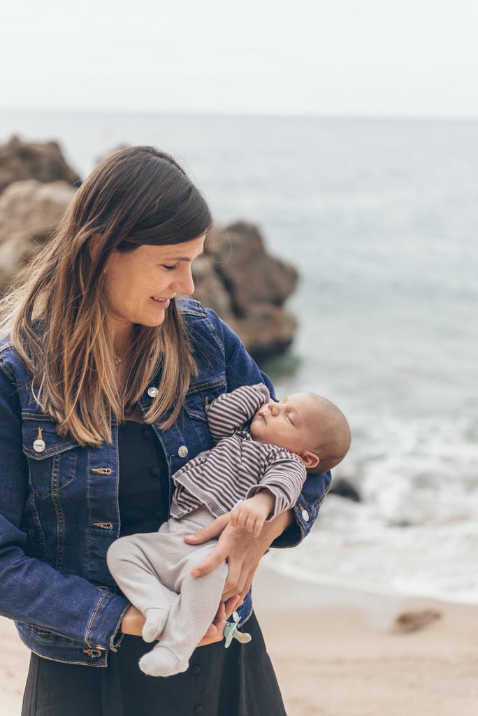 helena-molinos-newborn-fotografia-exterior-playa