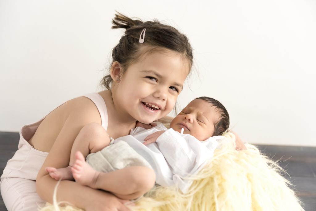 helena-molinos-newborn-hermanos-abrazo
