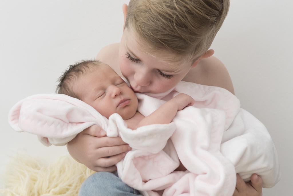 helena-molinos-newborn-hermanos-beso