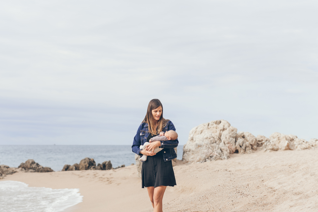 helena-molinos-newborn-sesion-exterior-playa-mataro
