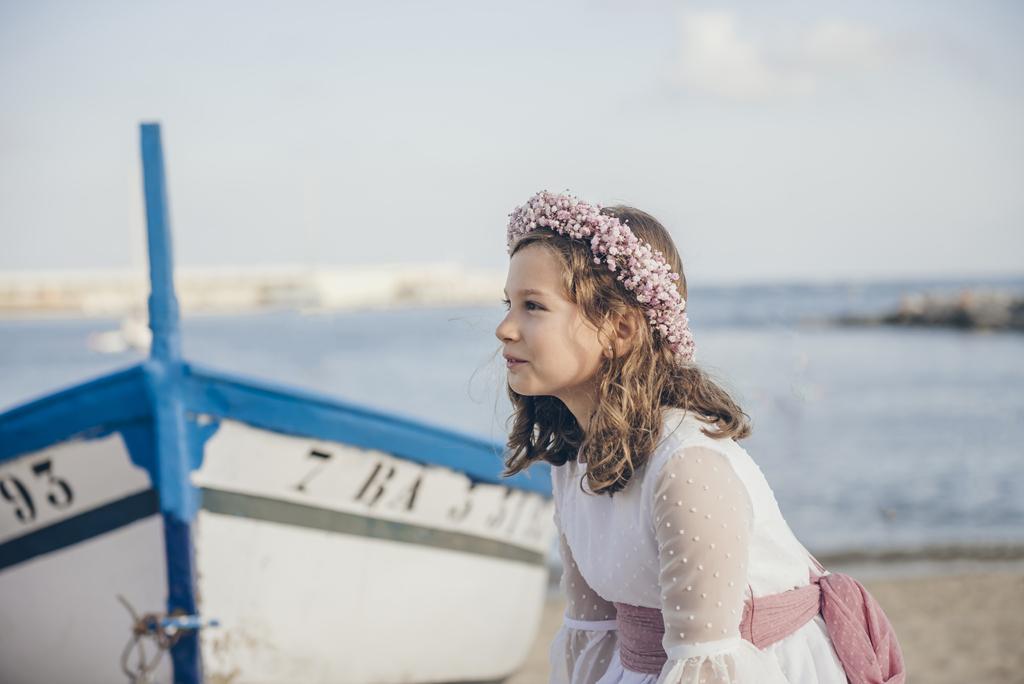 helena-molinos-primera-comunion-fotografia-exterior-barco-playa