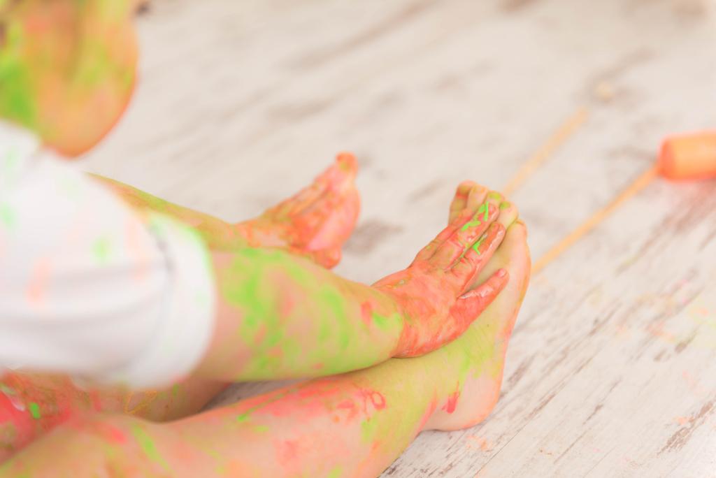 helena-molinos-smash-painting-pies-manos
