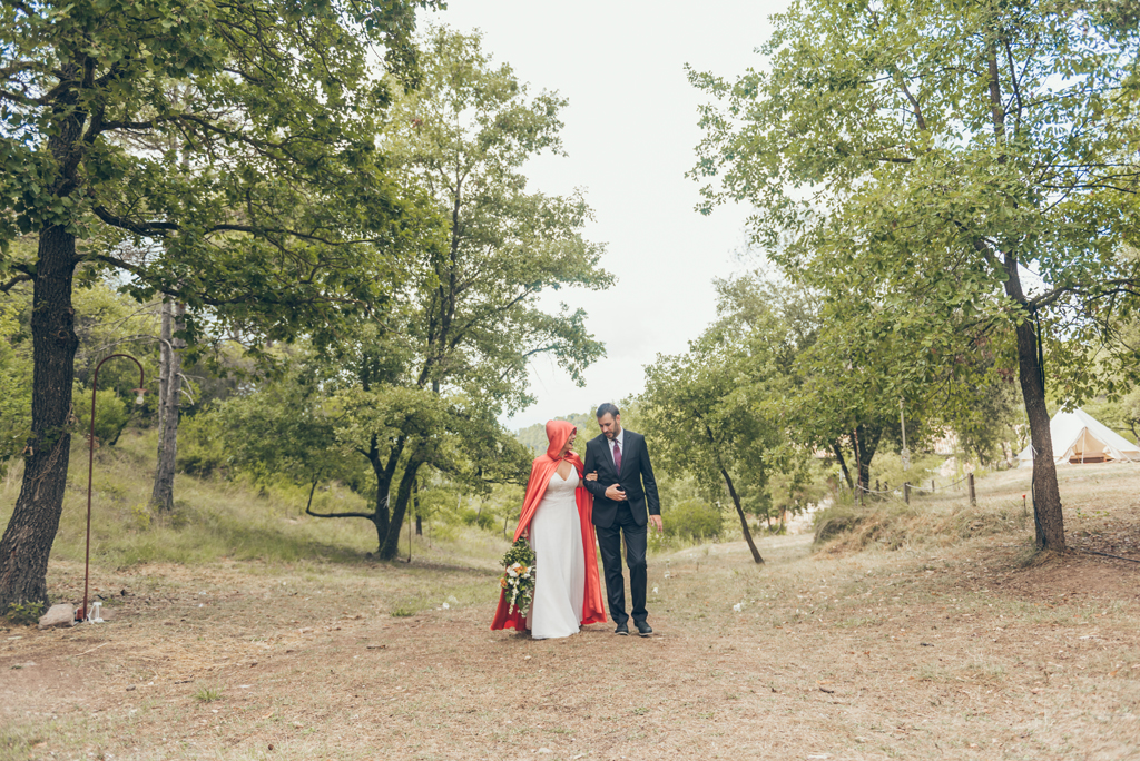 novia-ceremonia-entrada-capa-roja